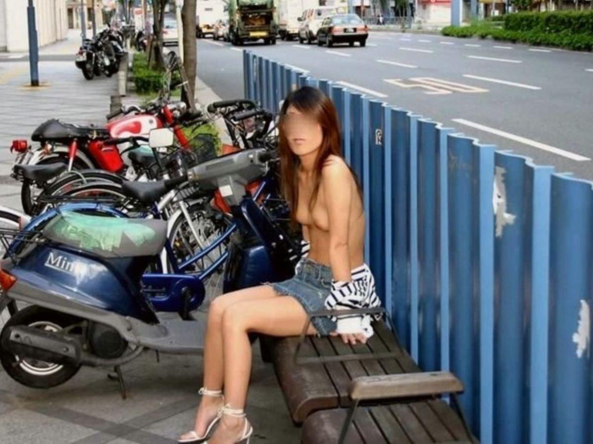昼間の路上で裸になる変態女性 (7)