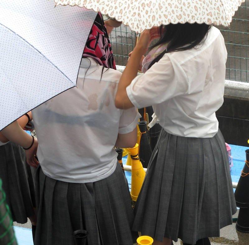 雨でブラジャーが透けたJK (2)