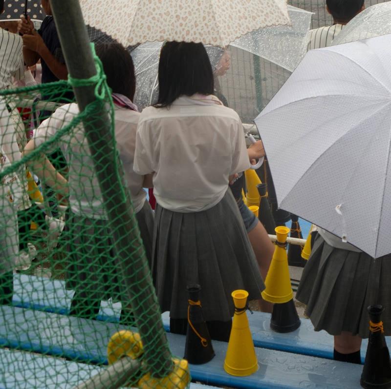 雨でブラジャーが透けたJK (10)