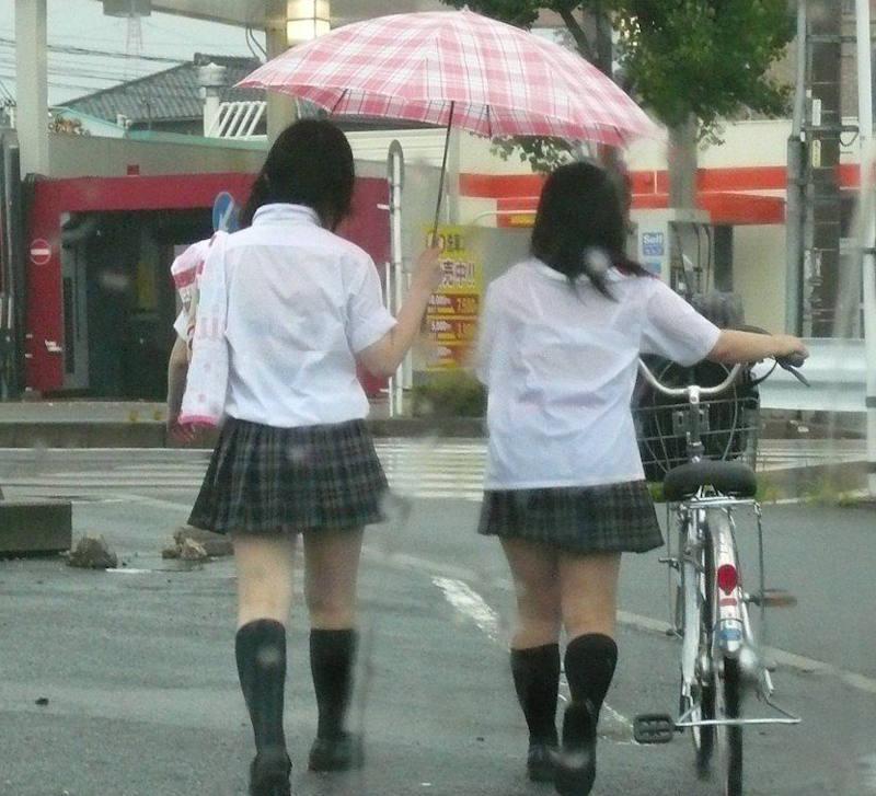 雨でブラジャーが透けたJK (4)