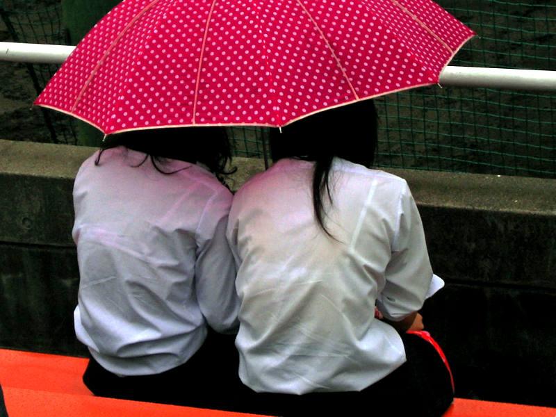 雨でブラジャーが透けたJK (3)