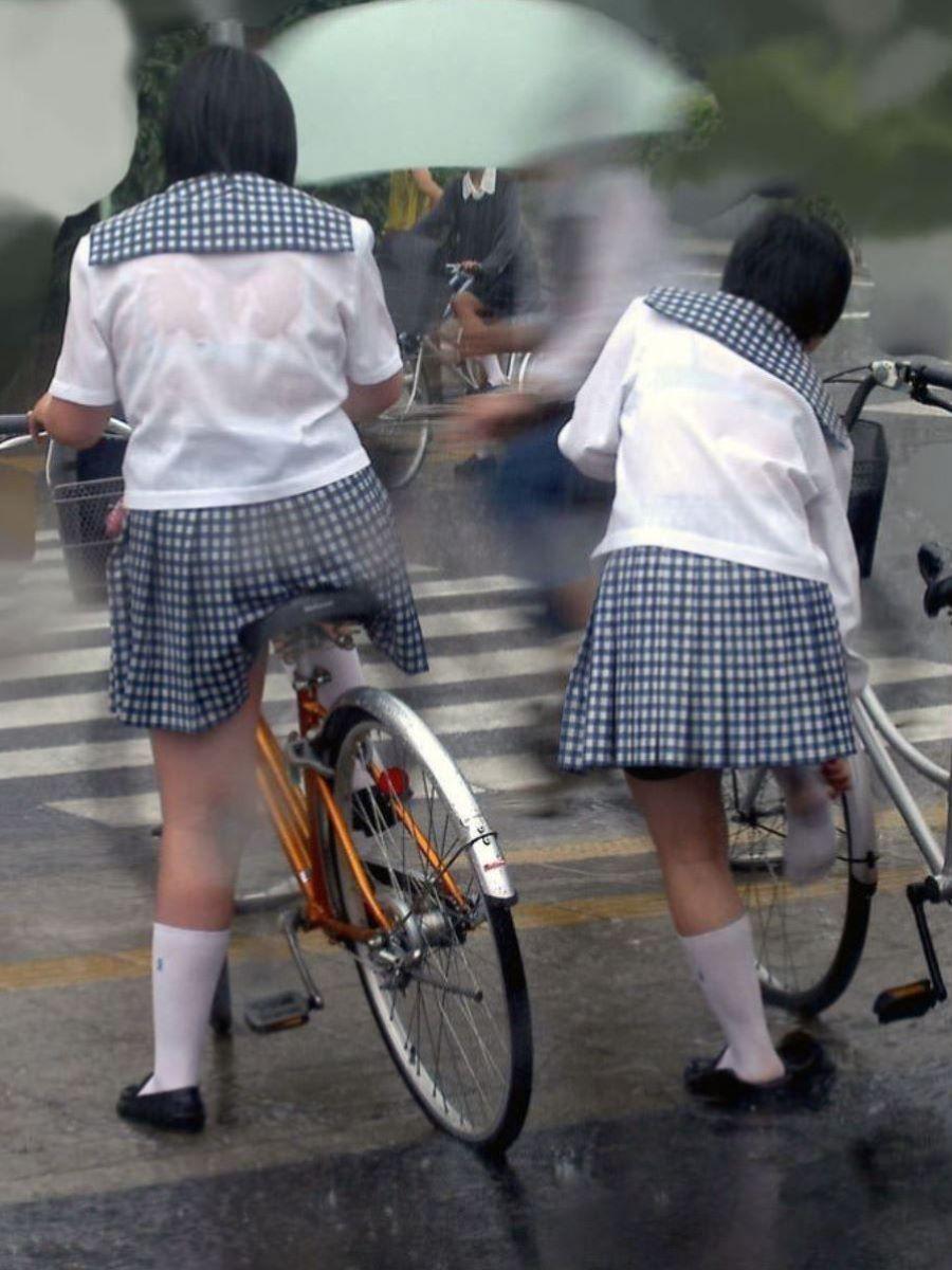 雨でブラジャーが透けたJK (9)