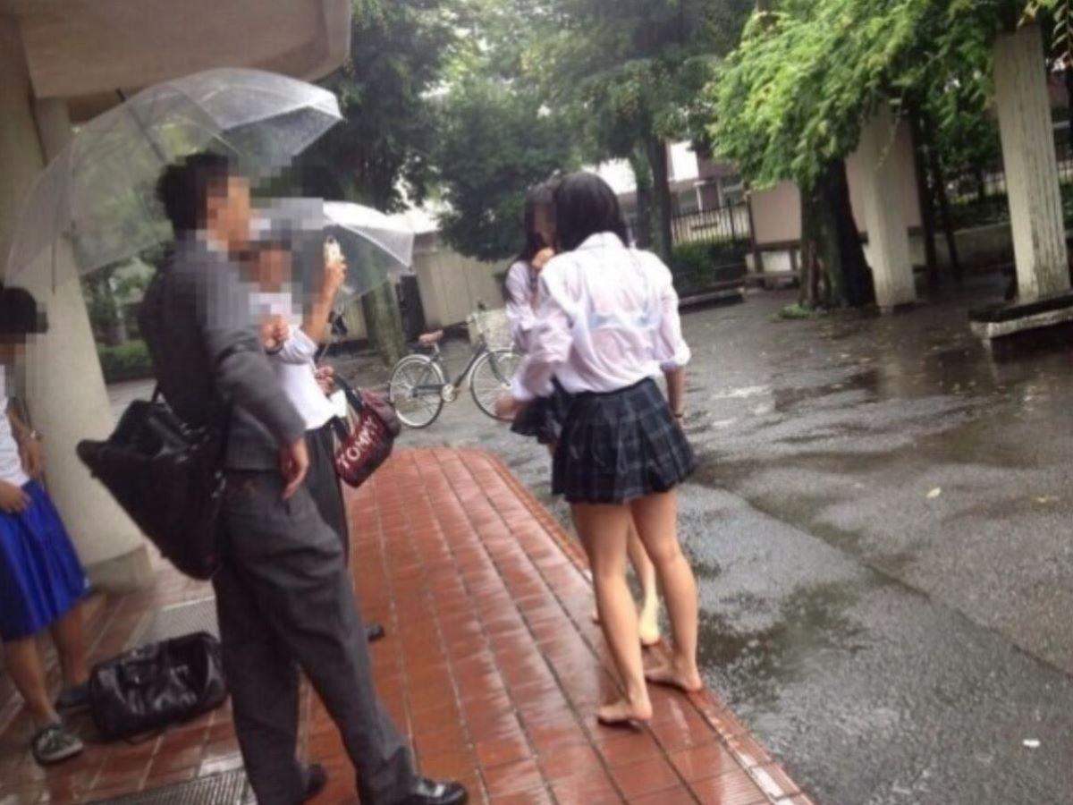 雨でブラジャーが透けたJK (7)