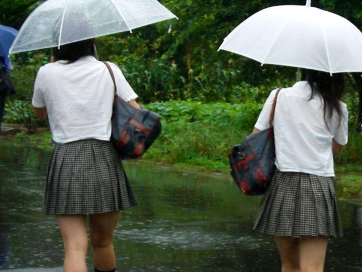 雨でブラジャーが透けたJK (13)