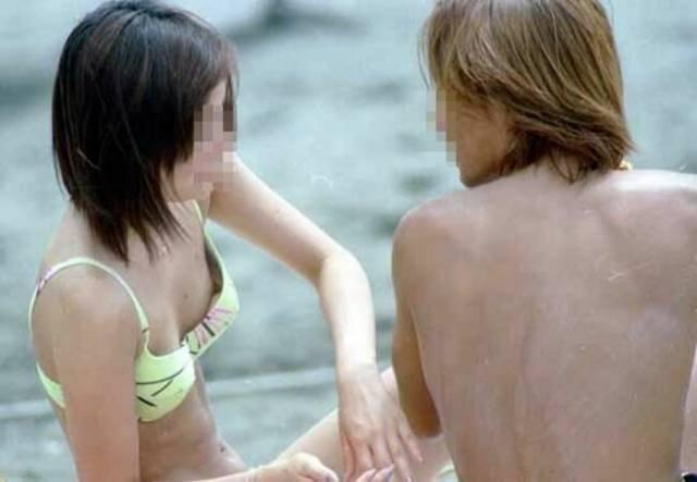 水着から乳首がポロリしてる素人さん (15)