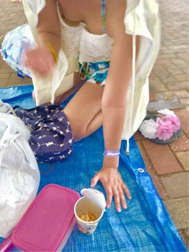 水着から乳首がポロリしてる素人さん (12)