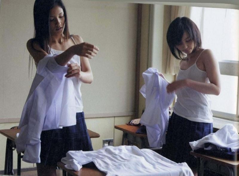 教室で脱衣中の女子生徒 (7)