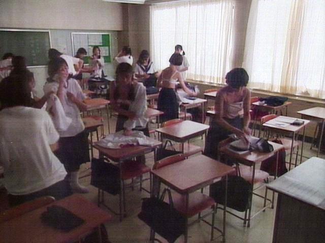 教室で脱衣中の女子生徒 (13)