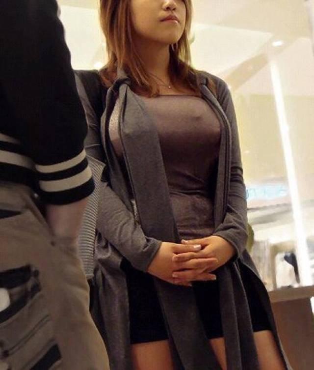 服を着ていても巨乳は目立つ (7)