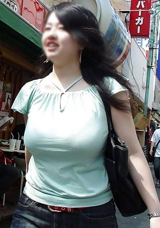 服を着ていても巨乳は目立つ (12)