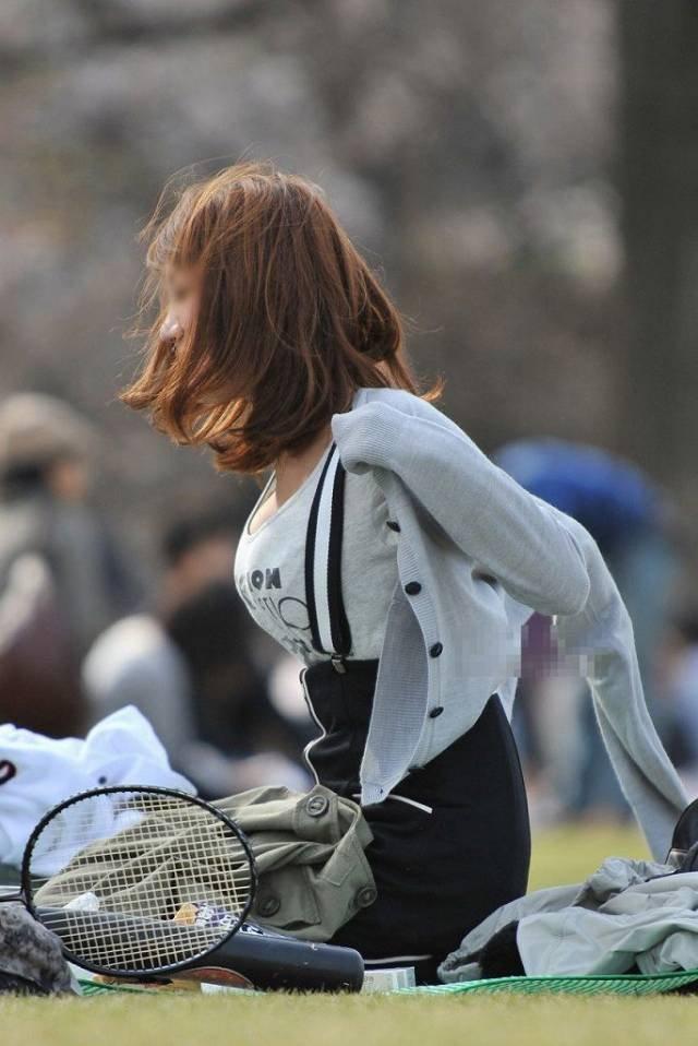 服を着ていても巨乳は目立つ (3)