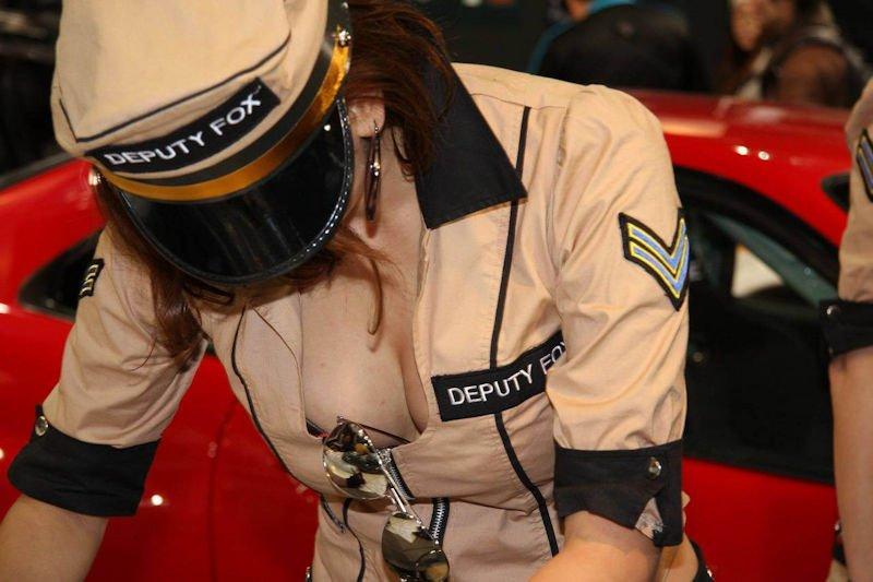 レースクイーンの衣装から胸チラ (7)