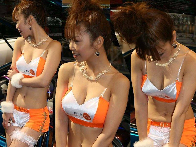 レースクイーンの衣装から胸チラ (17)