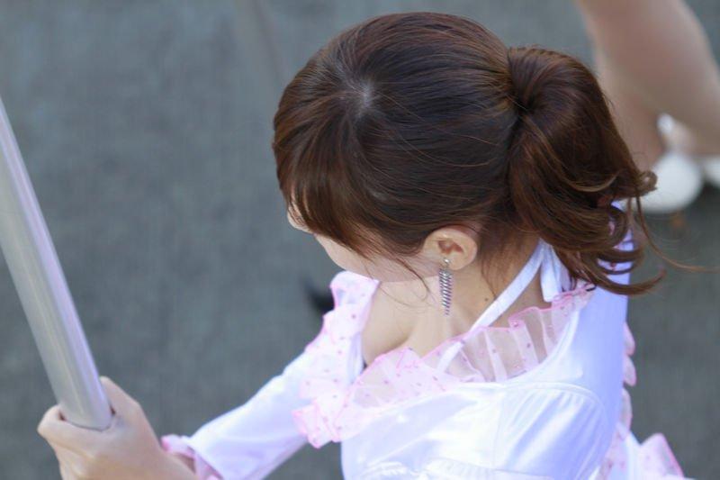レースクイーンの衣装から胸チラ (8)