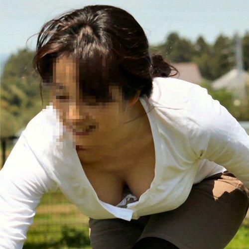 前屈みで谷間が見える胸チラ (1)