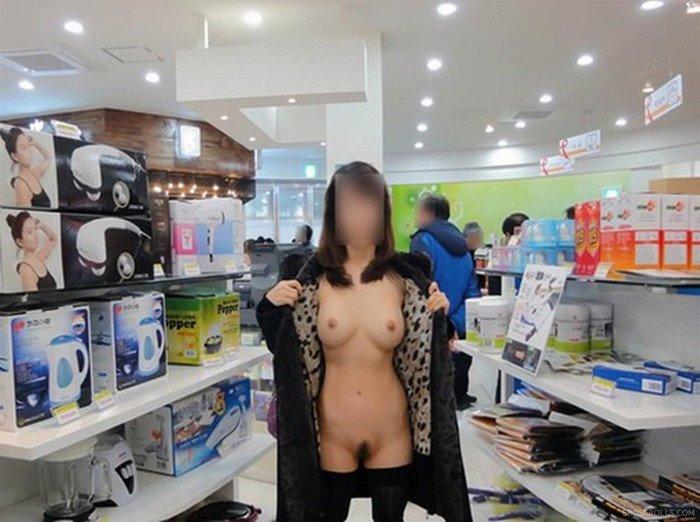 店内露出する変態女性 (6)