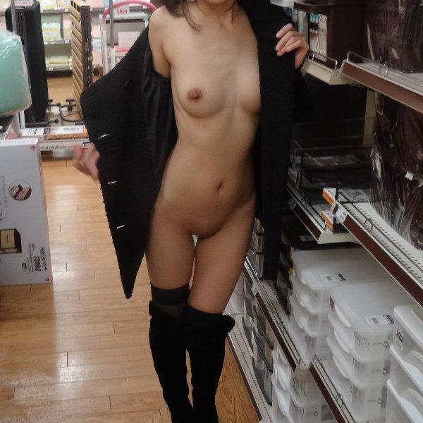 店内露出する変態女性 (1)