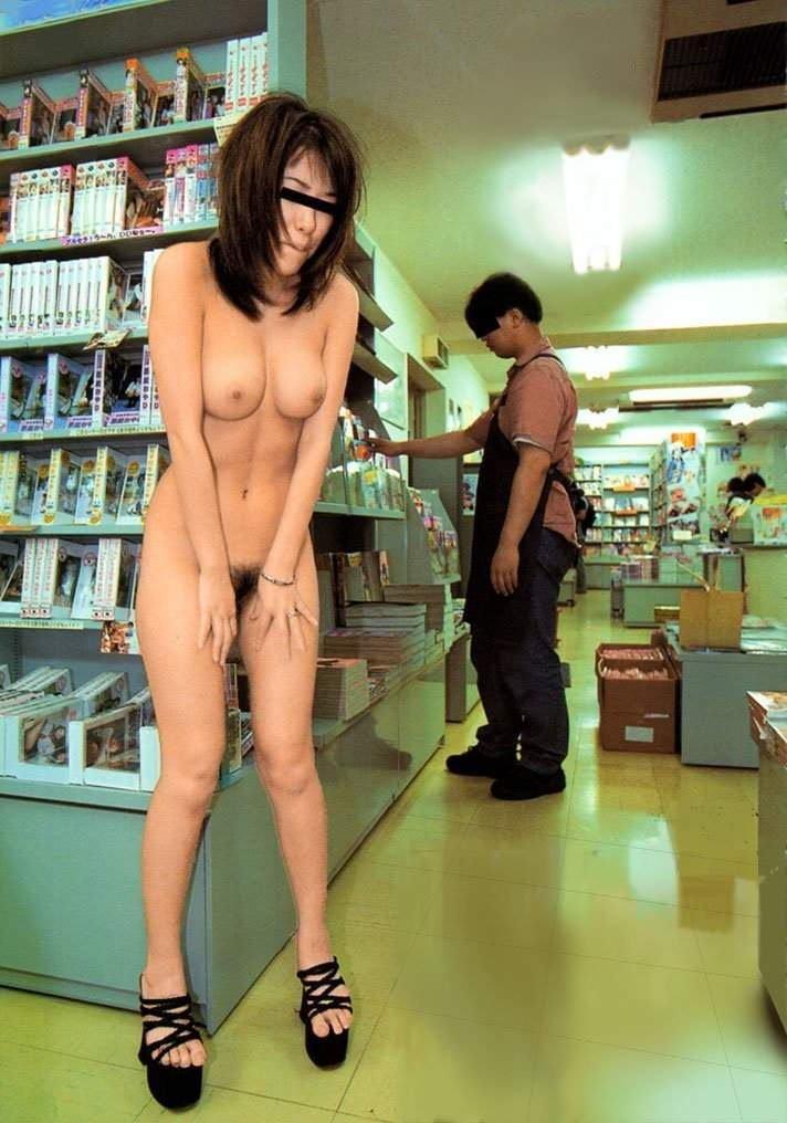 店内露出する変態女性 (13)