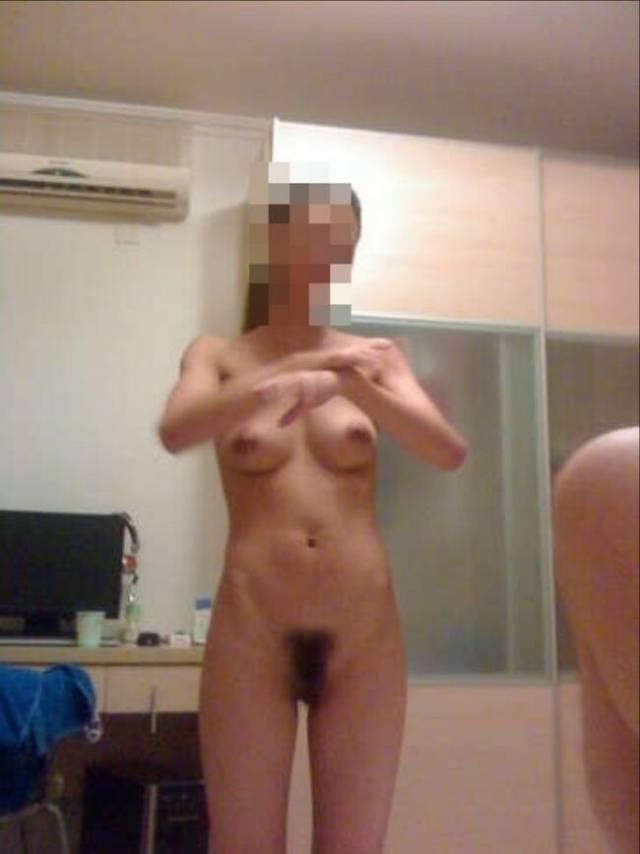 家庭で撮影された素人女性のヌード (17)