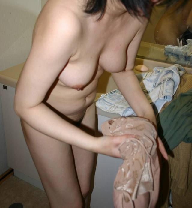 家庭で撮影された素人女性のヌード (8)