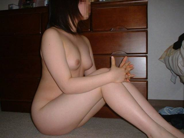 家庭で撮影された素人女性のヌード (15)