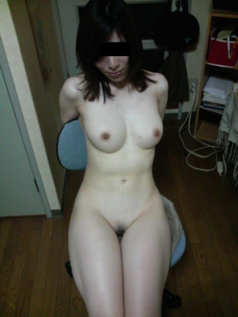 部屋の中では素っ裸の女性 (2)