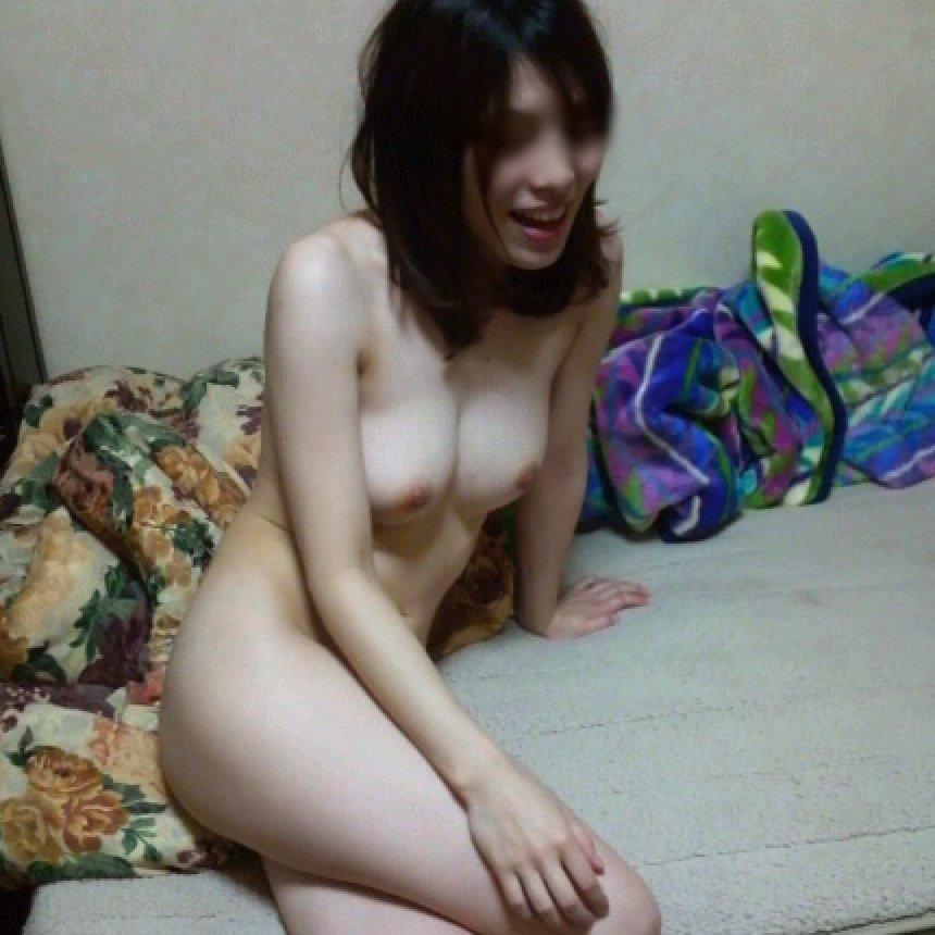 部屋の中では素っ裸の女性 (1)