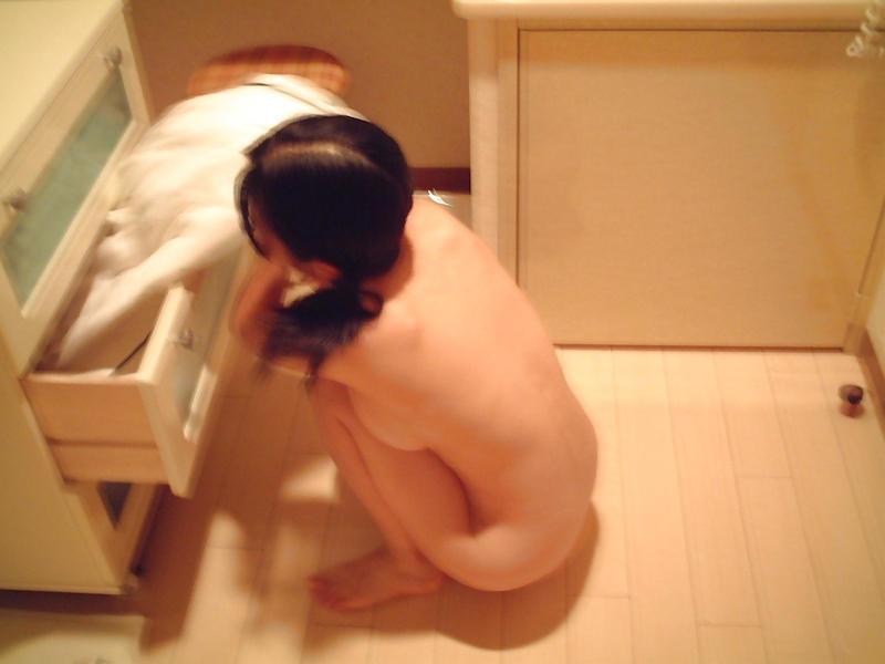 部屋の中では素っ裸の女性 (17)