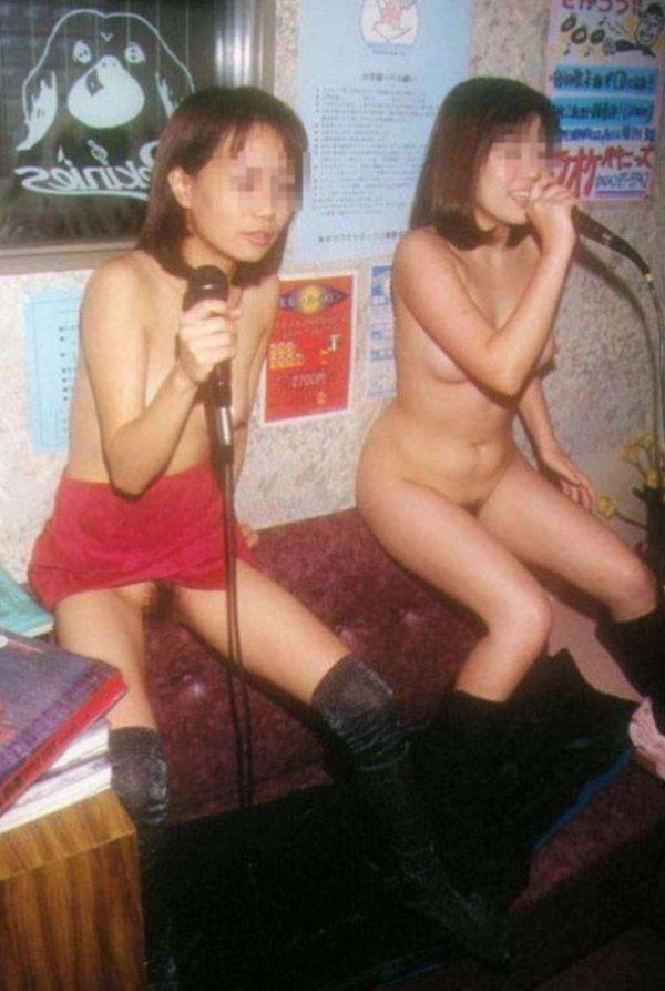 カラオケを歌いながら全裸になる (6)