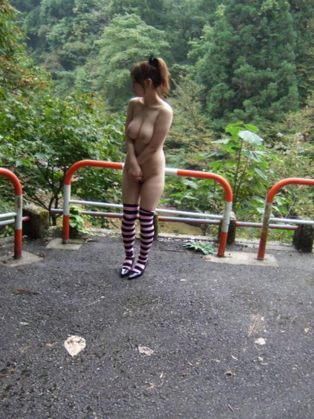 昼間に野外露出を楽しむ変態さん (12)