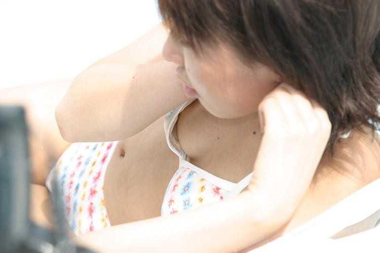 水着姿で乳首がポロリ (9)