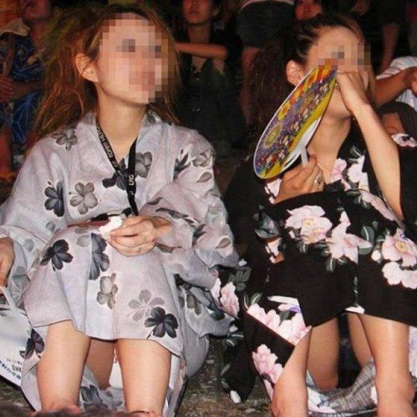 浴衣を着て座ったら、思いっきりパンチラしちゃった素人娘たちを街撮り
