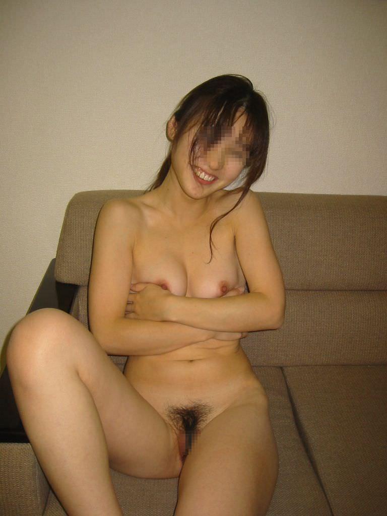 全裸のまま部屋で寛ぐ女の子 (16)