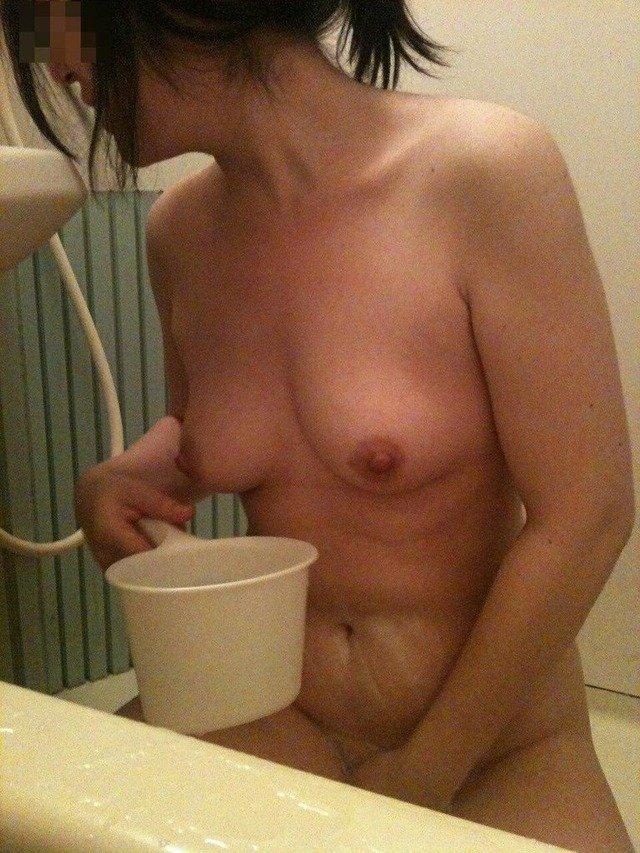 風呂場で撮影した素人ヌード (13)