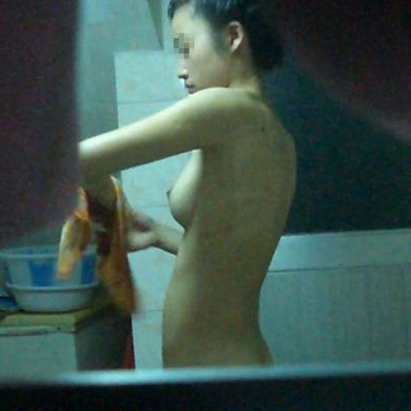 自宅の風呂に入ってる裸の女子 (1)