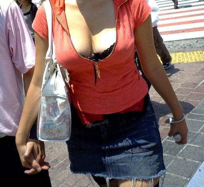 街を歩いていた巨乳女性 (3)
