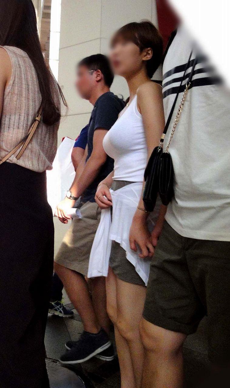 街を歩いていた巨乳女性 (20)