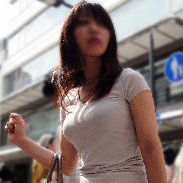 着衣巨乳が目立つ女性 (1)
