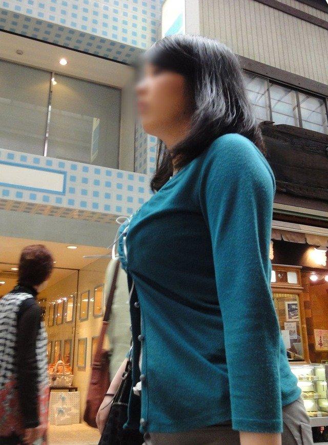 着衣巨乳が目立つ女性 (5)