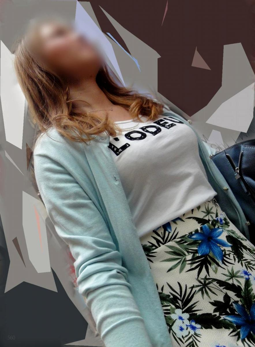 着衣巨乳が目立つ女性 (3)