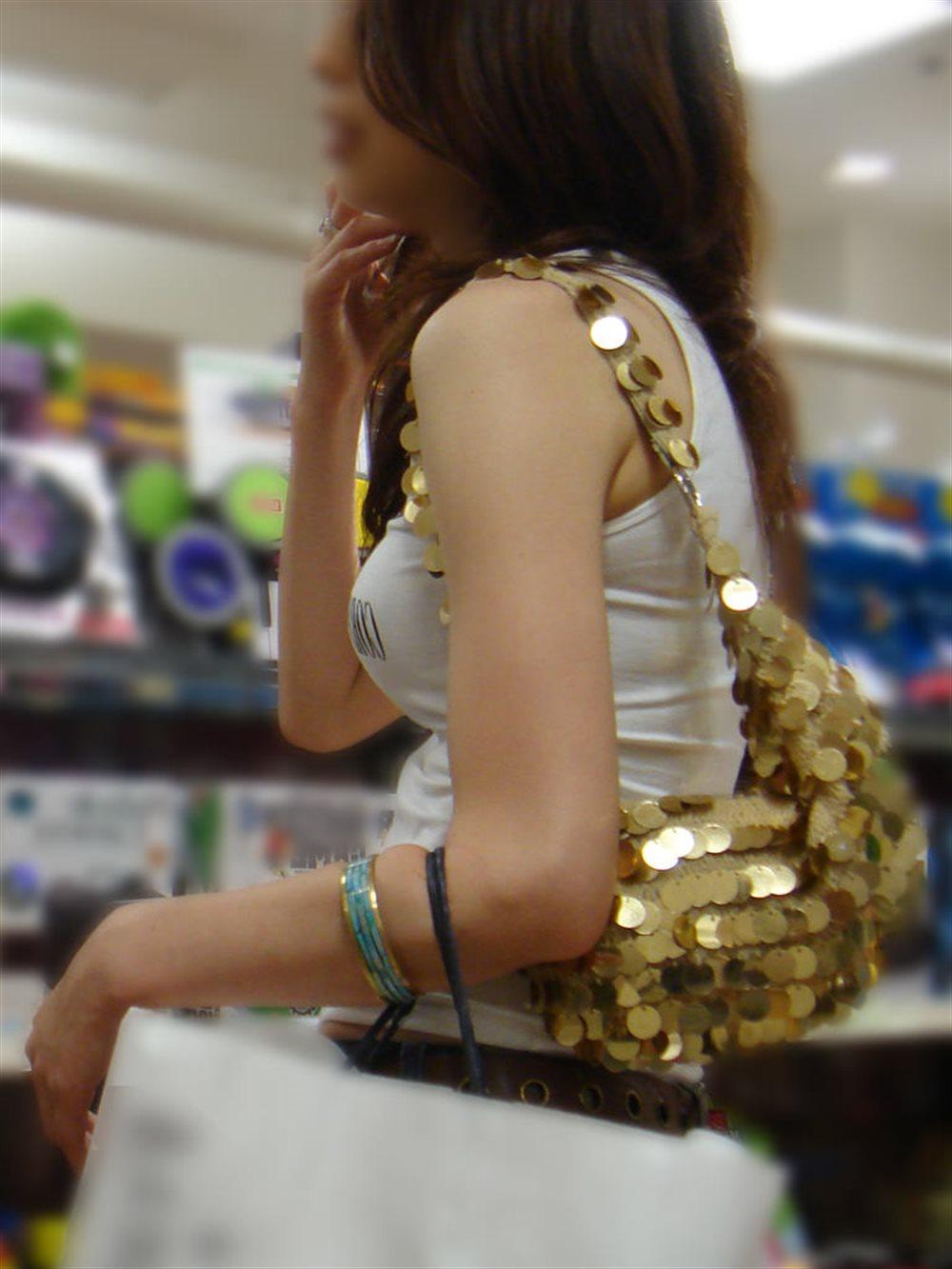 着衣巨乳が目立つ女性 (16)