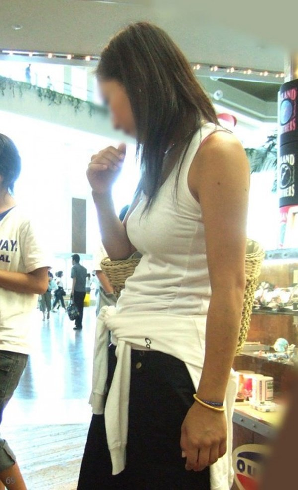 着衣巨乳が目立つ女性 (6)