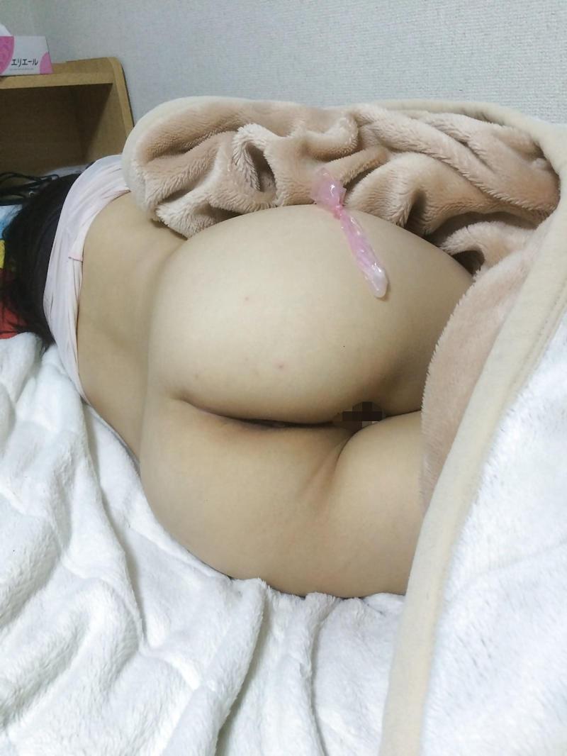 コンドームを手に笑顔の女性 (12)