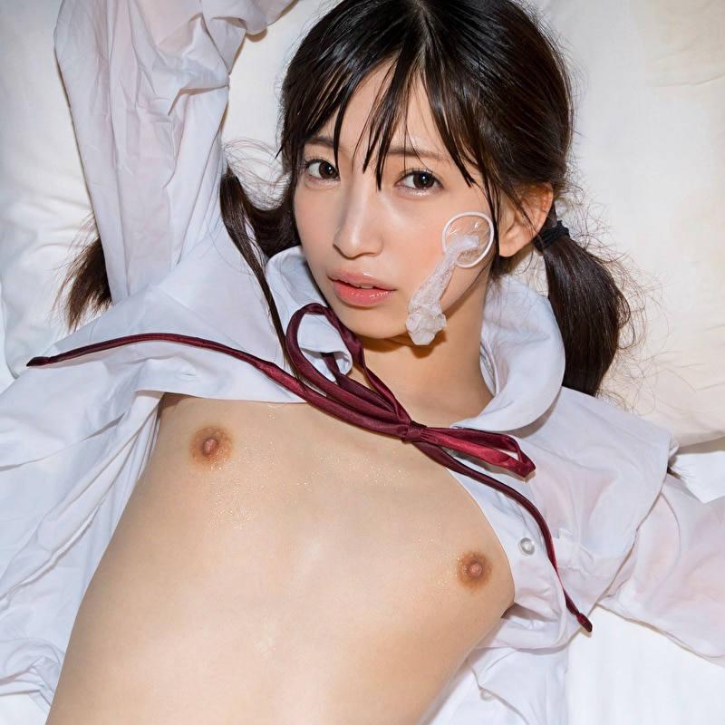 コンドームを手に笑顔の女性 (19)