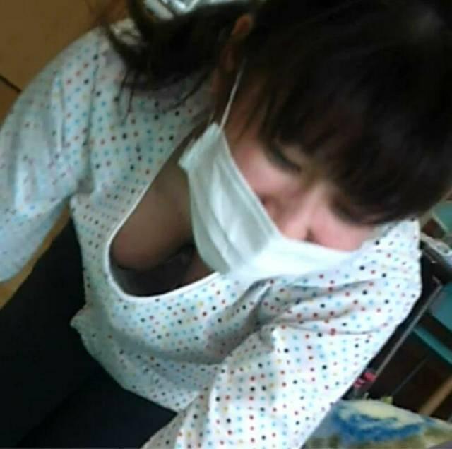 巨乳人妻の胸チラハプニング (6)