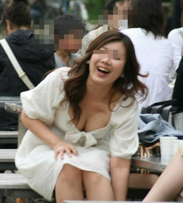 巨乳人妻の胸チラハプニング (18)