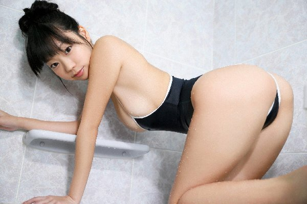 四つん這いで尻を強調するグラドル (11)