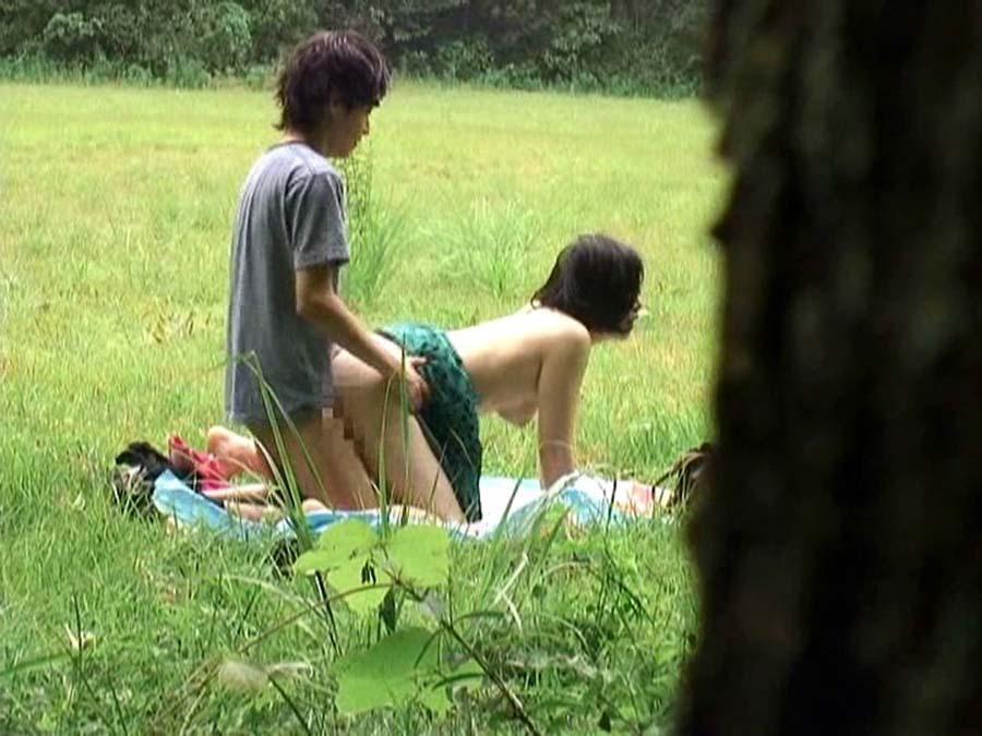野外でセックス中の素人さん (13)