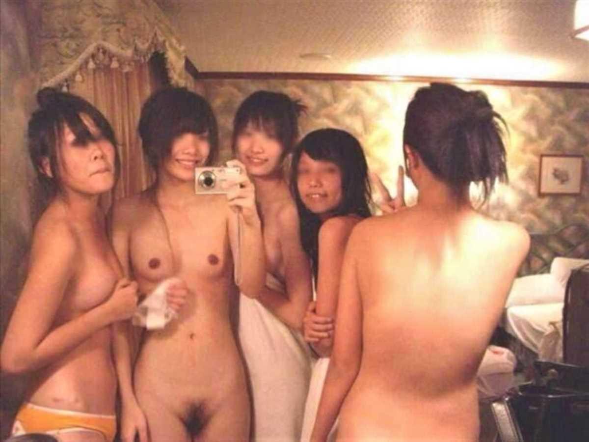 悪ふざけで裸になる女友達 (8)