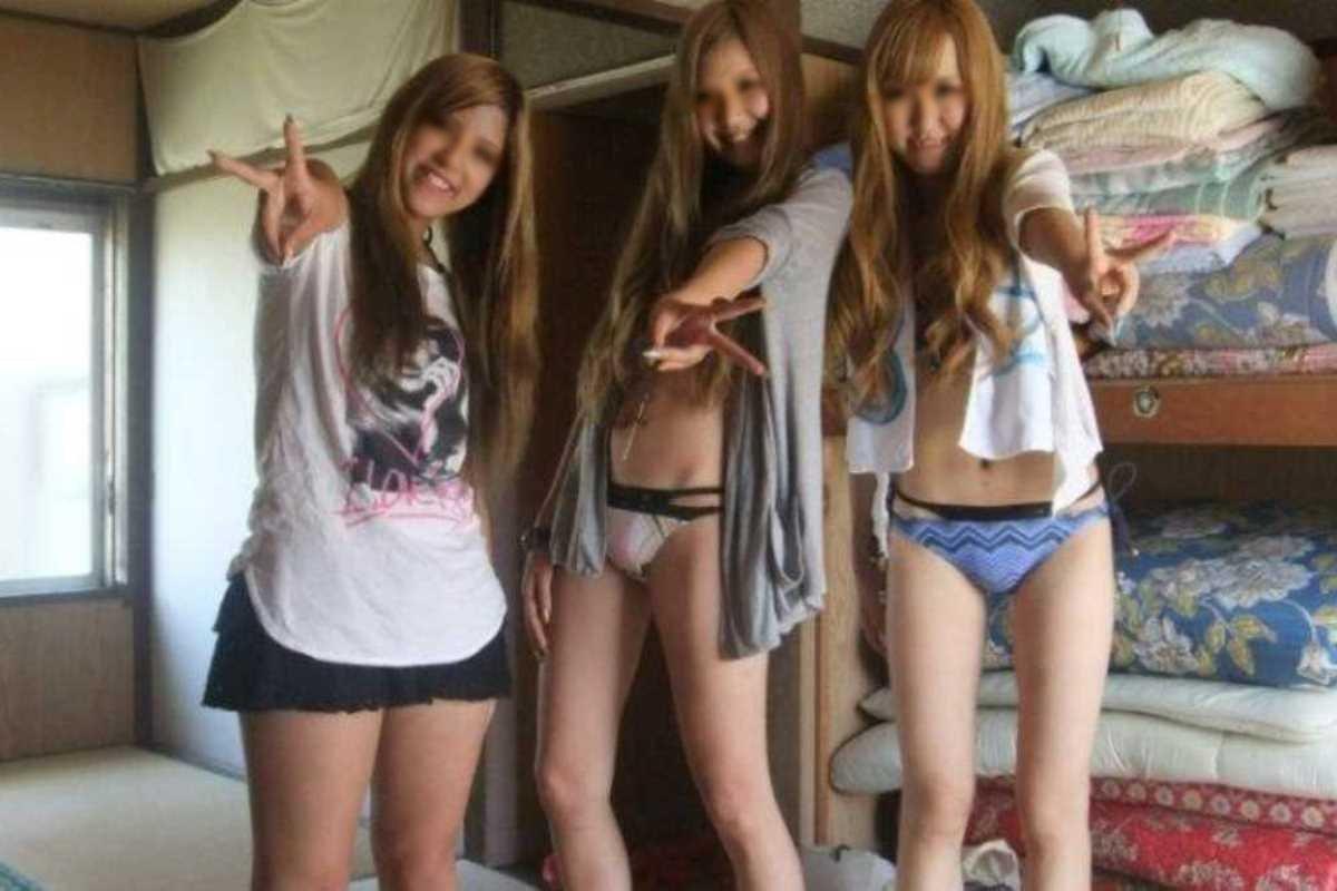 悪ふざけで裸になる女友達 (6)